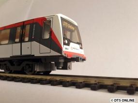 Unter dem Zug sieht es so aus. Eine Schraube dessen Bedeutung ich nicht kenne