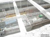 Baugrube Kehranlage HCU Abschnitt II, Das ganze ist noch mitten im Rohbaustadium, dennoch lassen sich die Kehr- und die ansteigenden Streckengleise gut erkennen.