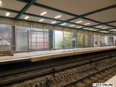 Im Bereich der Bahnsteigerhöhung wird gegenwärtig eine neue Werbetafel gebaut.