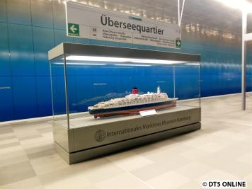 Seit einiger Zeit steht diesess Modell von der Queen Mary 2 im Bahnhof Überseequartier. Es ist eine Leihgabe vom Internationalen Maritimen Museum.