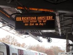 """Zurück auf dem Weg in Richtung Innenstadt begegnete mir das zweite Fundstück des Tages: Die frischinstallierte Zugzielanzeige zeigt """"U1 Richtung Garstedt"""" an. Dort müsste eigentlich die U3 fahren. Grund genug für verunsicherte Fahrgäste."""