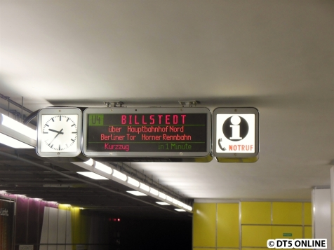 Historisch inkorrekt: Vor zwei Jahren hätte hier wohl noch U2 Billstedt gestanden, da die U4-Testfahrten unter der Liniennummer U2 stattfanden. Zumindest kursieren Bilder vom Testbetrieb mit einem DT4 in Überseequartier, welcher U2 Berliner Tor schildert.