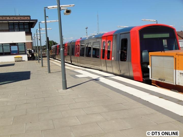In diesem Jahr konnte ich zwei DT5-Anlieferungen beobachten. Nachdem ich schon wieder zuhause war und eine Meldung erhielt, dass der Zug in Ohlsdorf war, machte ich mich am 23. Juli wieder auf dem Weg. Hier fährt der Zugverband bestehend aus DT5 320, AL 013 und Lore 073 hinunter zum Betriebshof Barmbek. Den kompletten Bildbericht gibt es im Blog.