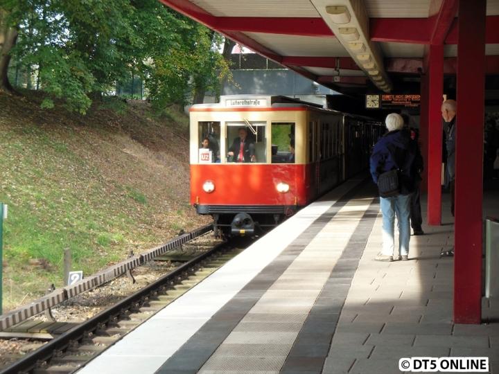 Am Verkehrshistorischen Tag 2014, dem 5. Oktober erreicht der T-Wagen-Verband 8838/8762/11/220 die Haltestelle Hagenbecks Tierpark. Erstmals wurden alle vier T-Wagen zusammen eingesetzt, dieses Mal von Berliner Tor über die U3 - Schlump - Moorkampkurve nach Niendorf Nord und zurück über die U2 bis Berliner Tor. Den kompletten Bildbericht gibt es im Blog.