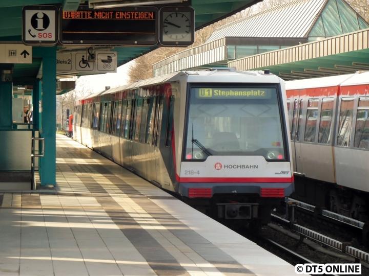 """Eine Betriebsfahrt mit DT4 218 bot am Morgen des 26. Februar einen besonderen Anblick: Der Zug hatte noch von einer morgendlichen Verstärkerrunde """"U1 Stephansplatz"""" geschildert."""