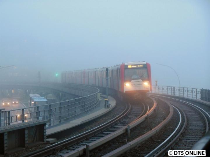 Am 25. November war es so nebelig wie an keinem anderen Tag des Jahres. Stellvertretend dafür gibt es heute ein Foto von DT3 809/845 auf der Binnenhafenbrücke, wie er aus dem Nebel auftaucht. In Kürze erreicht er die Haltestelle Baumwall. Den kompletten Bildbericht gibt es im Blog.