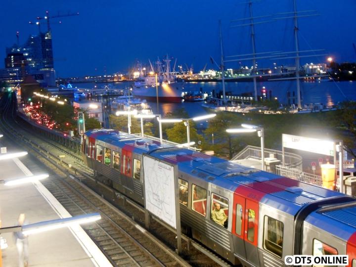 Am Abend des 1. Mai fuhren gleich drei DT5 direkt hintereinander (im 10 Minuten-Takt). DT5 313/312 befindet sich gerade zum Ende des Sonnenuntergang in der Haltestelle Landungsbrücken.