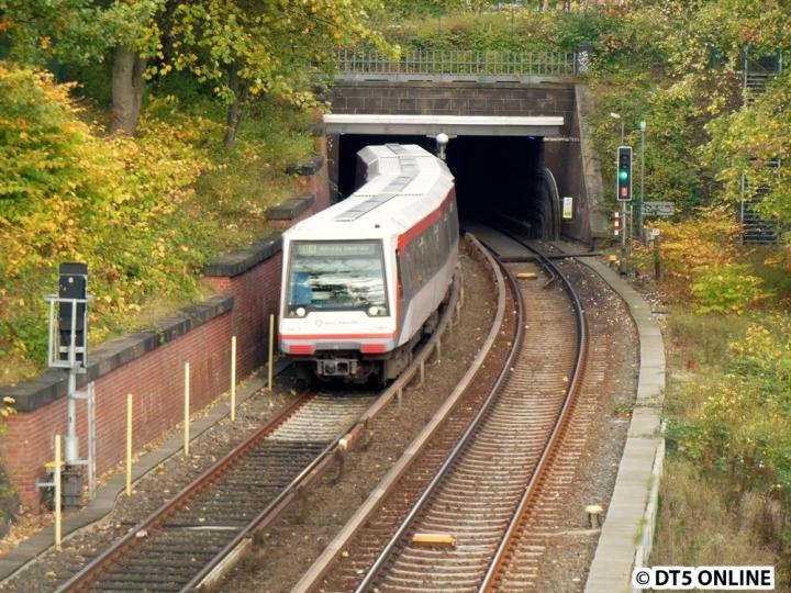 Eine U2-Sperrung zwischen Berliner Tor und Horner Rennbahn führte zu einer besonderen Kehrsituation. Die U2 benutzte im 5-Minuten-Takt die Abstellanlage Berliner Tor, die darauffolgende U4 fuhr weiter bis zum am Freitag noch geschlossenen Bahnhof Mundsburg, wo gerade die Bahnsteigerhöhung abgeschlossen wurde. Dort wurde dann direkt am Bahnsteig über die Gleisverbindung gekehrt. Ein solcher U4-Zug kommt an der Wallstraße (nahe U Lübecker Straße) gerade das Tageslicht und schildert bereits U4 HafenCity Universität. Wäre die Anbindung der HafenCity damals tatsächlich über Rathaus gekommen, wäre dieses Bild alltäglich. Doch am 17. Oktober war dies mit DT4 196 eine ungewöhnliche Situation.
