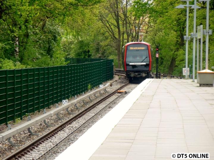 Nachdem ich DT5 309/301/305 am 30. April gerade in Fuhlsbüttel Nord verlassen hatte, folgte direkt hinterher DT5 316. Nach einem kleinen Halt inklusive Türöffnung auf der Außenseite ging es weiter nach Ochsenzoll, wo später 305 abgelöst wurde.