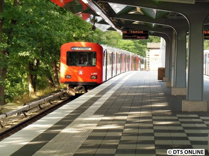 Auch 10 Jahre nach dem Ende des Planeinsatzes fährt der DT2 noch regelmäßig. Seit Jahren ist er morgens auf der U1 unterwegs, inzwischen nur noch mit zwei (teilweise einem) Umlauf. Man merkt, dass die Züge mit zunehmender Anzahl an DT5-Einsätzen auf der U3 immer mehr von der U1 verschwinden. Am 20. August erreicht DT2 770/752/763/781 den frisch renovierten Bahnhof Wandsbek-Gartenstadt.