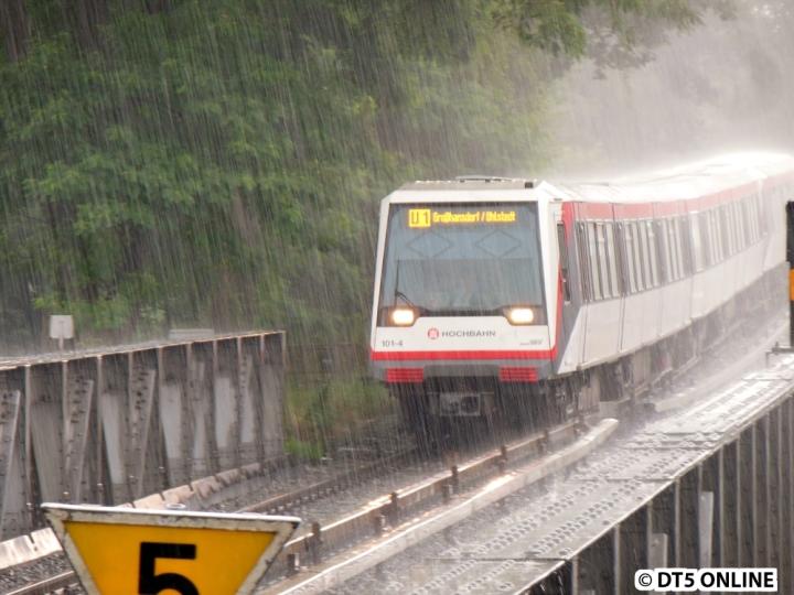 Am 25. Juli 2014 kam ein starker Schauer über der Kellinghusenstraße herunter, was in diesem Bild festgehalten wurde. DT4 101/131 erreicht bei strömenden Regen gleich die Haltestelle Kellinghusenstraße. Nach nicht einmal fünf Minuten war alles wieder vorbei...