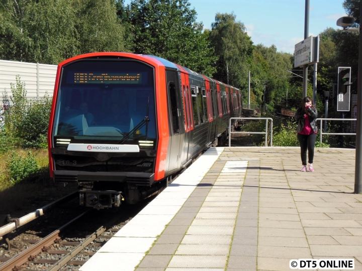 Am 3. September fuhr der DT5 als Planzug wieder auf der U1. DT5 316/307/321 erreicht hier auf dem Weg nach Großhansdorf die Haltestelle Sengelmannstraße. Den kompletten Bildbericht gibt es im Blog.