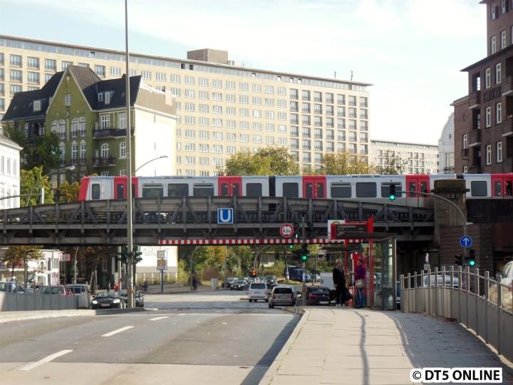 Etwas spontan ereignete sich dieses Foto am 24. Oktober. Als ich an der Bushaltestelle Hoheluftbrücke gerade Fotos machte, fuhr DT5 319/322 vorbei. Ein Glück, dass gerade kein Bus kam ;)