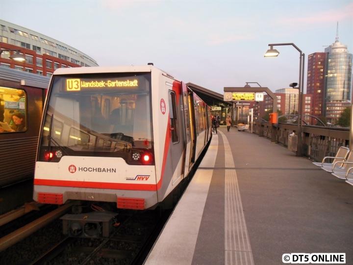 """Am 28. Oktober befindet sich DT4 147 in der Haltestelle Baumwall. """"Dank"""" der Uhrenumstellung steht der Planzug auf seinem Weg nach Wandsbek-Gartenstadt im Sonnenuntergang im Bahnhof neben DT3 868/819."""