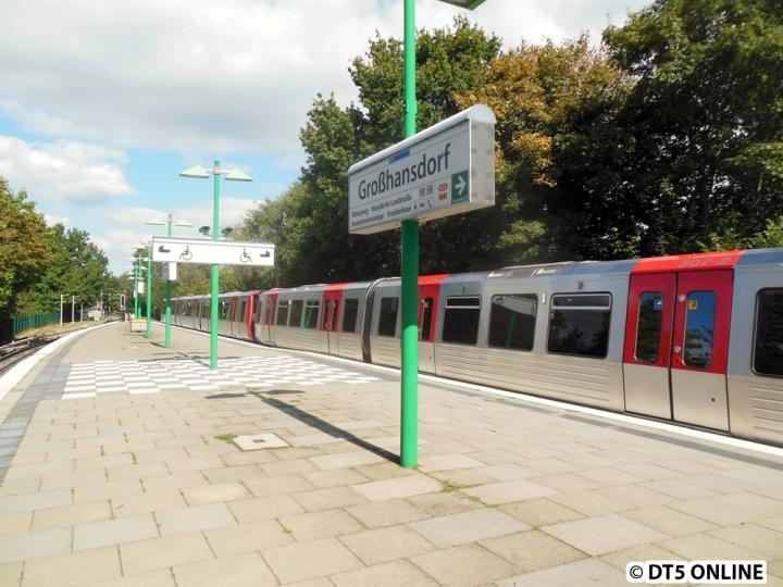 Ein DT5 in Großhansdorf - das hat Seltenheitswert. Und wenn man dem beifügt, dass dieses Bild am 3. September 2014 gemacht wurde, erst recht. Seit April 2013 fuhr hier planmäßig kein DT5 mehr, es gab seitdem nur wenige operative Einsätze. Da hier aber ein Planumlauf übernommen wurde, ging es auch mal nach Großhansdorf, zusätzliche Züge können aufgrund der eingleisigen Strecke nämlich nur auf dem Ohlstedter Ast fahren. Im Bild befindet sich DT5 307 zwischen 316 links und 321 rechts vom Bildausschnitt. Den kompletten Bildbericht gibt es im Blog.