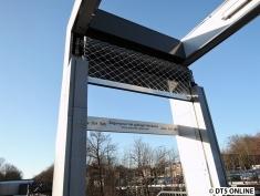 Die Brücke bleibt nachts geöffnet, dafür können diese Rolltore heruntergelassen werden.