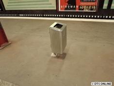 Eine Mülltonne. So sieht es etwas eigenartig aus, denn meist werden sie vor Pfeiler gestellt oder an sie gehängt.