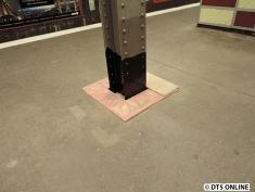 Auf der anderen Seite der Haltestelle wurden die Pfeiler unten schwarz lackiert.