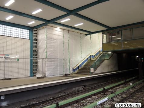 Auf dem Bahnsteig Richtung Jungfernstieg wurde die Rolltreppe überbaut mit einem Gerüst.