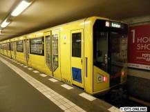 Der HK06-1024 am Potsdamer Platz: Der Zug ähnelt dem Vorgängermodell HK sehr, die Wagennummerierung wurde fortgeführt (HK 1001 – 1024, IK 1025 + 1026).