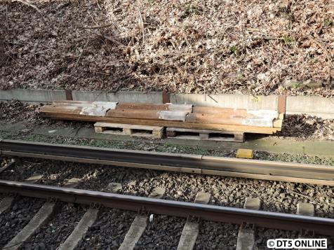 Spundwandteile liegen neben dem Gleis Richtung Wedel/Blankenese