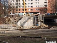 Der Zugang an sich macht bereits Fortschritte. Links ist die Treppe zu sehen, rechts direkt neben der Brücke entsteht der Aufzug.
