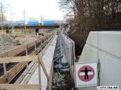 Im Detail sieht es so aus: Die Bahnsteigkanten stehen, die Wände für den Einschnitt werden noch abgestützt.