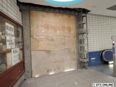 Holzplatten verraten, wo ein neuer Eingang entsteht