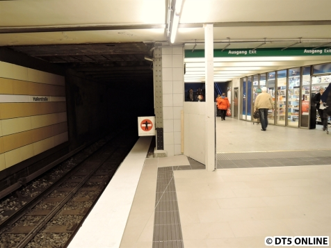 Am Bahnsteigende wird noch gearbeitet, dort wird es ein leichtes Gefälle geben hin zum Gleis
