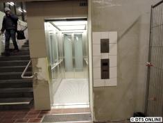 Aber die Aufzug-Bedienelemente sind schon von Fliesen umgeben.