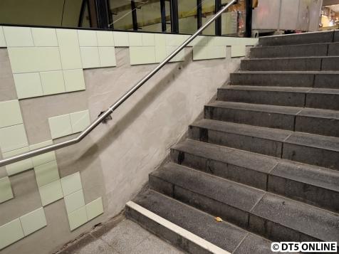 Die Treppenseite bekommt die Hbf-Süd-Fliesen in grün, auf der Aufzugseite werden es die Weißen sein, wie eben schon am Aufzug gesehen.