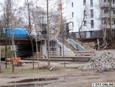 Links wird der Aufzug entstehen, rechts die feste Treppe.
