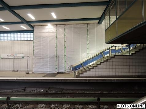 Am Bahnsteig ist weiterhin ein Gerüst aufgebaut.