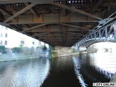 Die Brücke hat Gefälle nach Süden (hinten), schließlich folgt unmittelbar dahinter die Tunneleinfahrt.