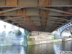 Rost hat auch schon reichlich angesetzt. Ein Indiz für das Alter der Brücke - andere alte U-Bahnbrücken sehen besser aus.