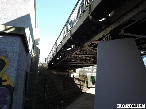 Richtung Kellinghusenstraße. Rechts schließt sich das Überwerfungsbauwerk der U3 an, links die U1-Brücke