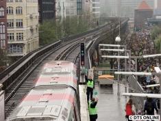 Der Zug darf losfahren: O-Signal, nachdem alle grünen Kellen gehoben wurden