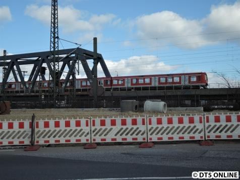 Eine S-Bahn der BR474 verlässt den noch nicht vorhandenen Bahnhof Elbbrücken.