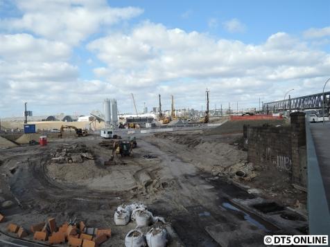 Kurz vor den Freihafenelbbrücken hat man diesen Blick auf das Baufeld