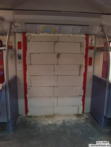 Zugemauerter Eingangsbereich der S-Bahn (Innenansicht) - Foto: Bundespolizei