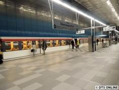Ein DT4-Doppel schafft es in der Regel nicht in die HafenCity, hier werden bisher DT4-Kurzzüge als ausreichend angesehen, weshalb auch nicht in der Hauptverkehrszeit längere Züge fahren.