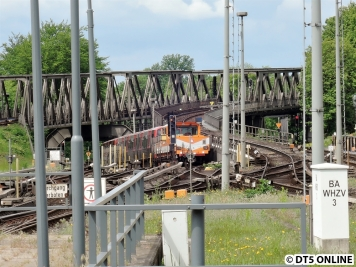 Auf der Betriebshof-Einfahrt wurden die DT5 voneinander getrennt, sodass jeder Zug auf ein anderes Hallengleis kann.