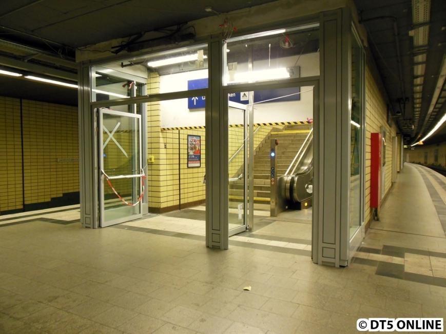 Diese Brandschutztür wurde bei der Sanierung des Citytunnels eingebaut. Dabei nahm man sinnvollerweise keine Rücksicht auf die Blindenstreifen. Im Herbst 2014 wurden diese bereits verlegt und leiten inzwischen Blinde nicht mehr gegen das Hindernis...