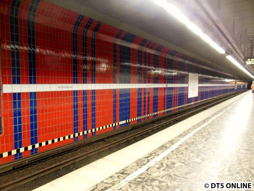 Je mehr man die Bahnsteigmitte ereicht, desto mehr mischen sich die Farben.
