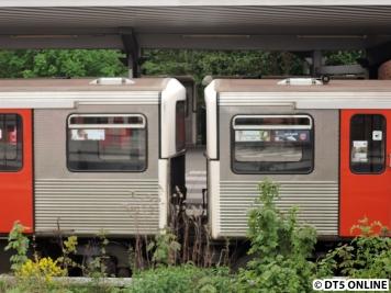 Zwei dieser 5-Minuten-Züge begegnen sich in Ohlsdorf, leider etwas unscharf :/