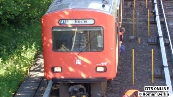 """neben dem Zug ist noch das alte Schild """"1440"""" zu sehen. Nicht alle Schilder werden getauscht"""