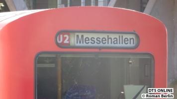 Hinten war der Zugfahrer kreativ: U2 Messehallen. Da Linie und Ziel separat und noch per Hand eingestellt werden können/müssen, sind alle Kombinationen schilderbar. Gerne wird auch U4 HafenCity Universität geschildert, der Zug kann es, darf aber gar nicht auf die Strecke (zumindest nicht mit Fahrgästen...)