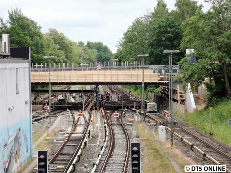 Am Sonntagnachmittag ist die Brücke schon eingesetzt worden.
