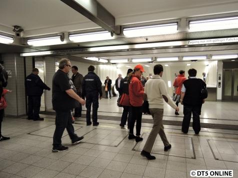 Die Abgangskontrolle am U2/U4-Aufgang Jungfernstieg. Die Kontrolle lief bis etwa 12 Uhr.