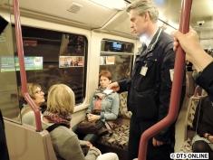 ...doch trotzdem muss diese auswärtige Reisegruppe den Zug verlassen. Hinter dem Kontrolleur steht der HH1-Kamermann, daher das Licht am Hals...